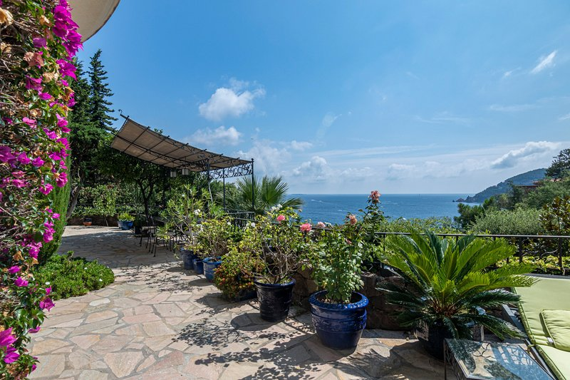 Theoule-sur-Mer Villa Sleeps 8 with Pool and Air Con - 5781097, holiday rental in La Napoule-Plage