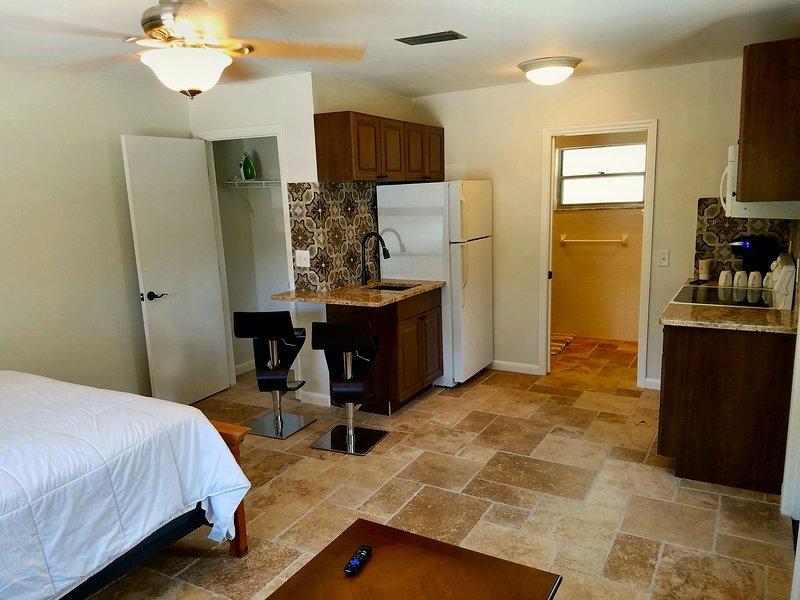 Fantastic HEATED POOL Suite Jupiter 5minutes to Beach, Stadium, PGA, holiday rental in Palm Beach Gardens