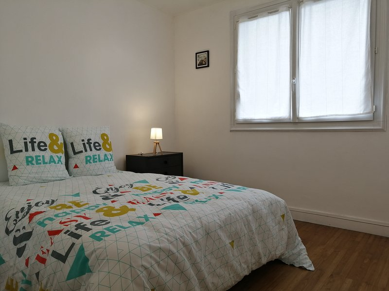 Nantes Appartment with 3 double bed rooms nearby the riverside & city center, holiday rental in Treillieres