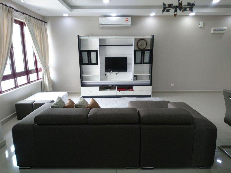 Luxury Condominium in Kuala Lumpur - Free Wifi, Netflix, Playstation, 2 Parking, vacation rental in Batu Caves