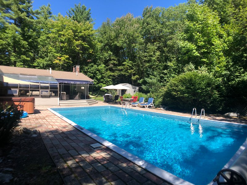 Andy's Retreat - Heated outdoor pool, Hot Spring jacuzzi, central AC, BBQ, holiday rental in Yarmouth
