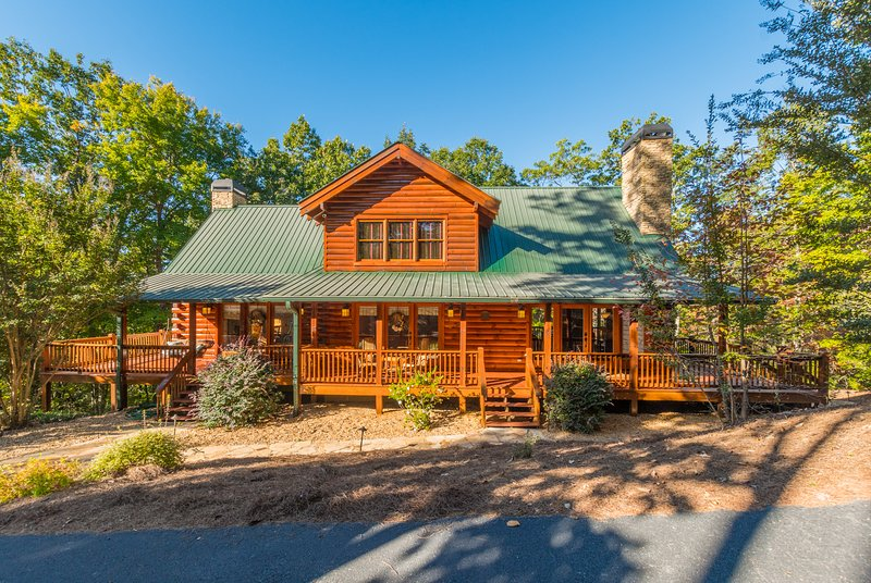 Wraparound Deck, Hot Tub, King/Queen Beds, Grill, Fireplaces, Private, Rustic, vacation rental in Dahlonega