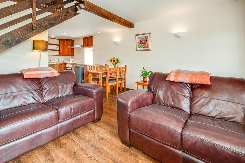 Cucina / sala da pranzo / salotto a pianta aperta con stufa a legna