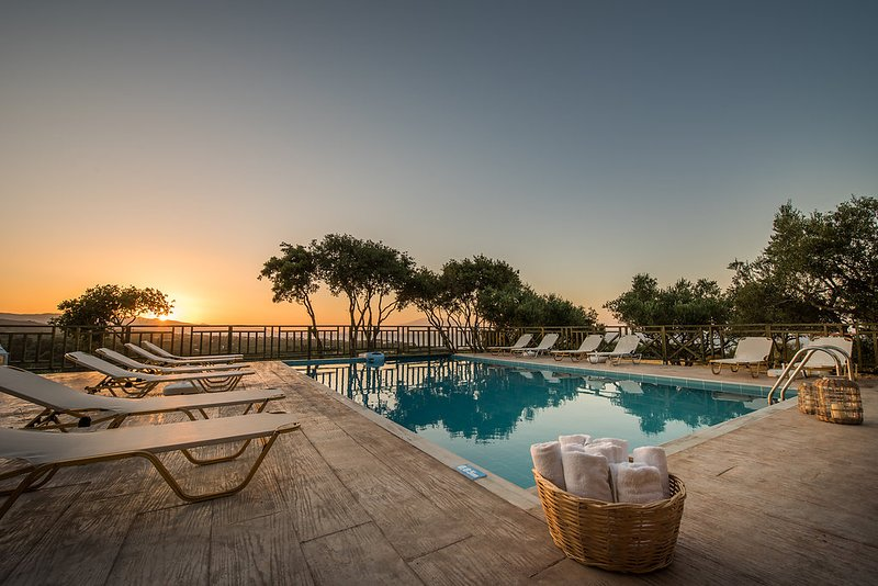 Appartamento vista mare in residence con piscina, holiday rental in Neromilos