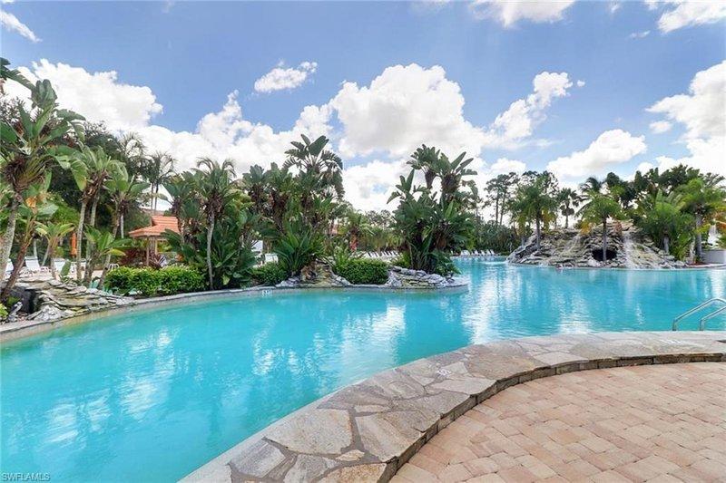 Enorme piscina di acqua salata riscaldata in stile resort aggiornato