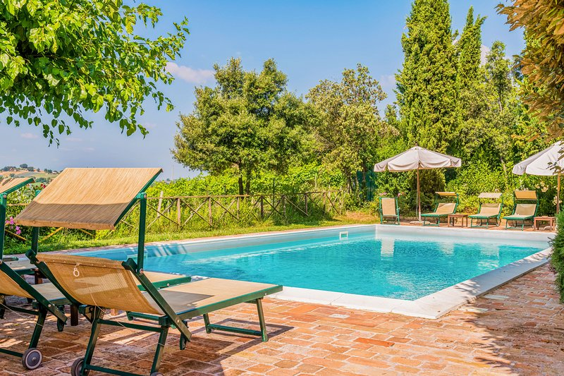 Pastoral apartment with shared pool, barbecue area & terrace!, holiday rental in Falconara Marittima