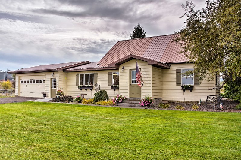 Farmhouse in Country Setting 5 Mi to Gravity Hill!, holiday rental in Stites