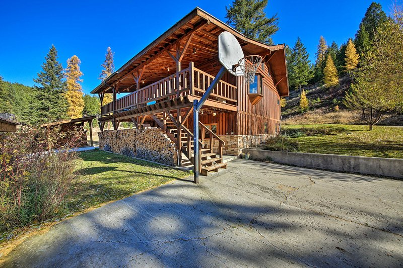 NEW! Kootenai Forest Home: Outdoor Entertainment!, alquiler de vacaciones en Eureka