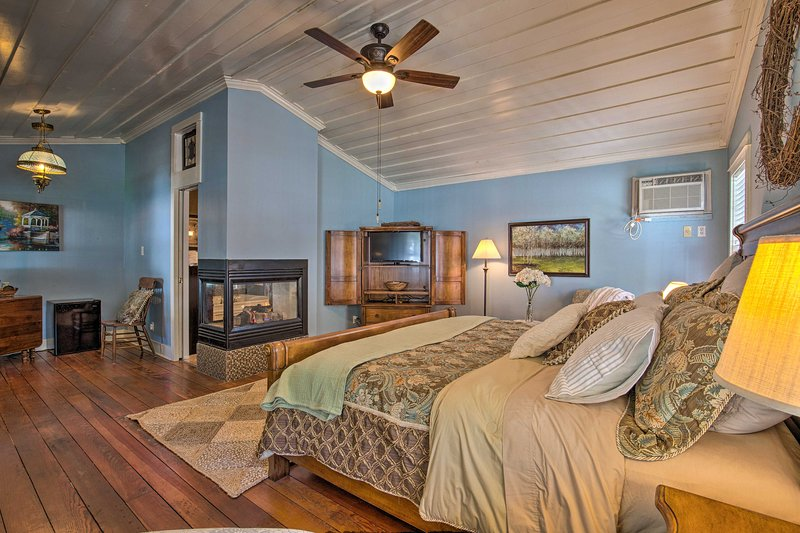 Discover the rich history of Jefferson, TX with this quaint studio cottage.