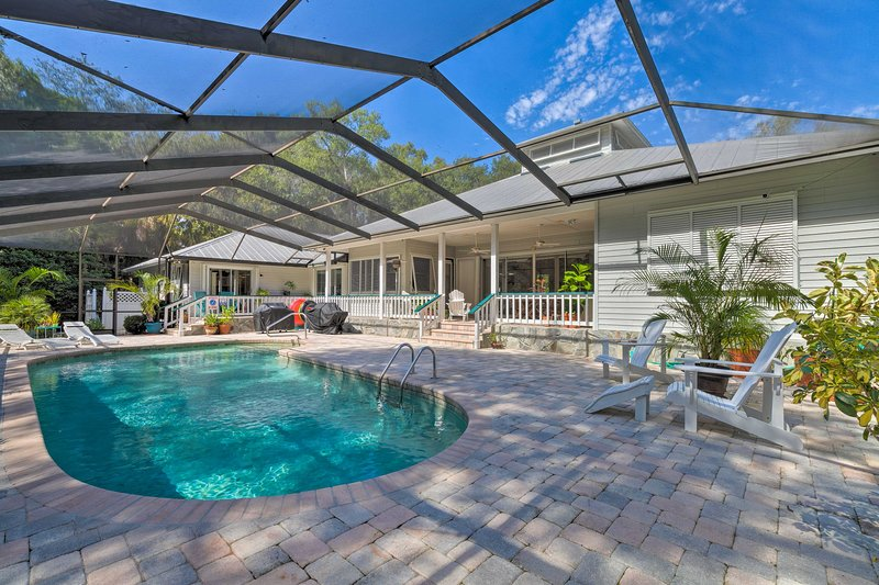 NEW! Inglis Home w/ Screened-in Pool & Boat Lift!, location de vacances à Yankeetown