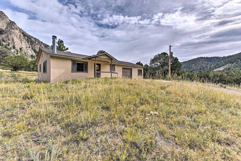 NEW! Remote Cabin 3 Mi to Mt Princeton Hot Springs, casa vacanza a Nathrop