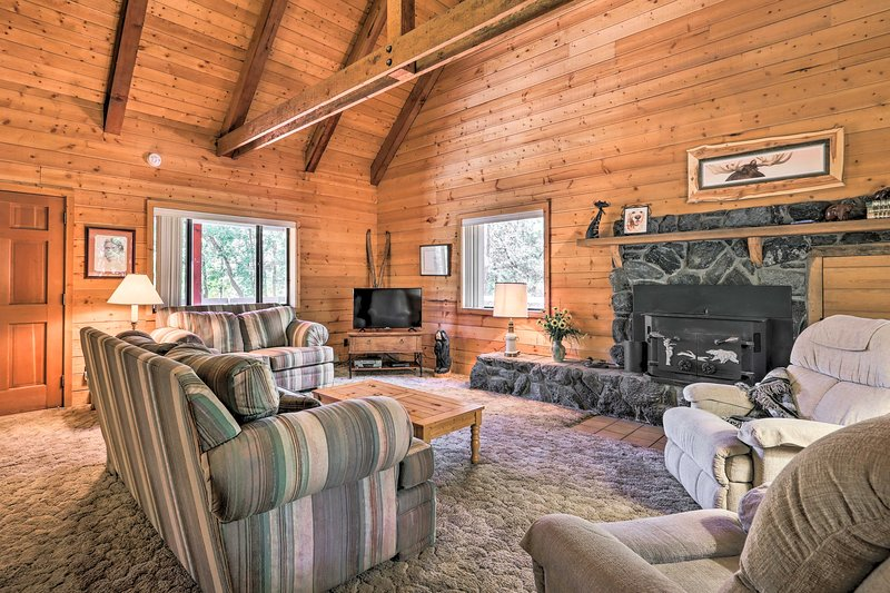 Pet-Friendly Cabin w/ BBQ - 7 Mi to Show Low Lake!, vacation rental in Pinetop-Lakeside