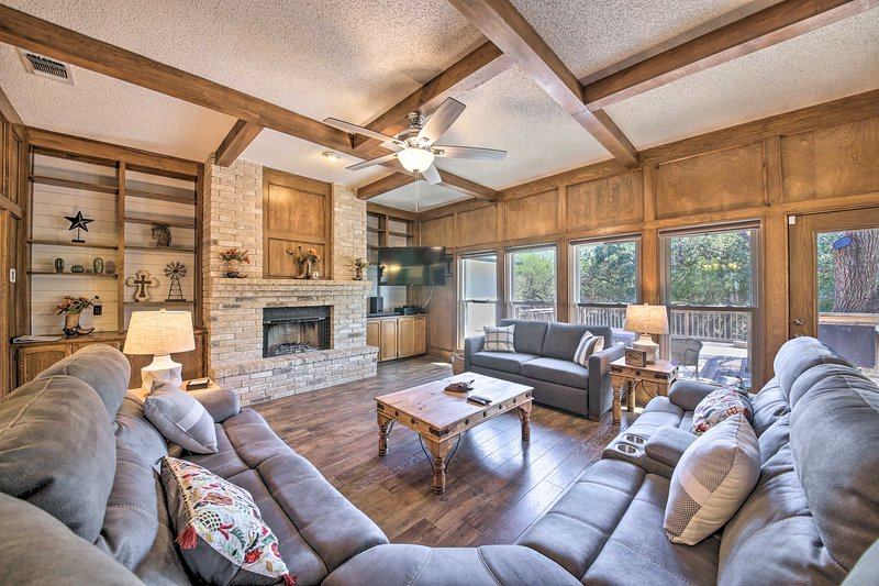 Family-Friendly Home w/ Hot Tub, Fire Pit & Deck!, holiday rental in Schertz