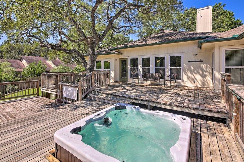 Esta casa cuenta con una gran terraza completa con bañera de hidromasaje.