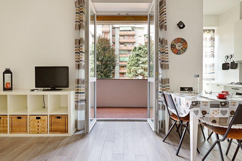 Modern studio w/ free WiFi & full kitchen - quick walk to the subway! Chalet in Milan