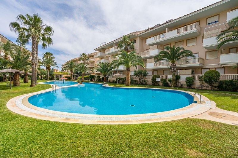 Cozy apartment with marina views, shared pool & tennis, close to beach & town!, location de vacances à Javea