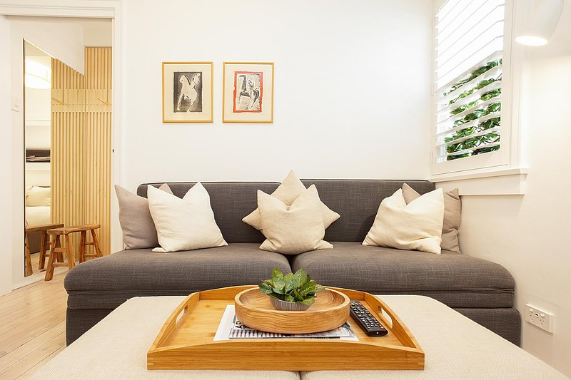 Cosy Flat in Art Deco Building Minutes From City, holiday rental in Double Bay