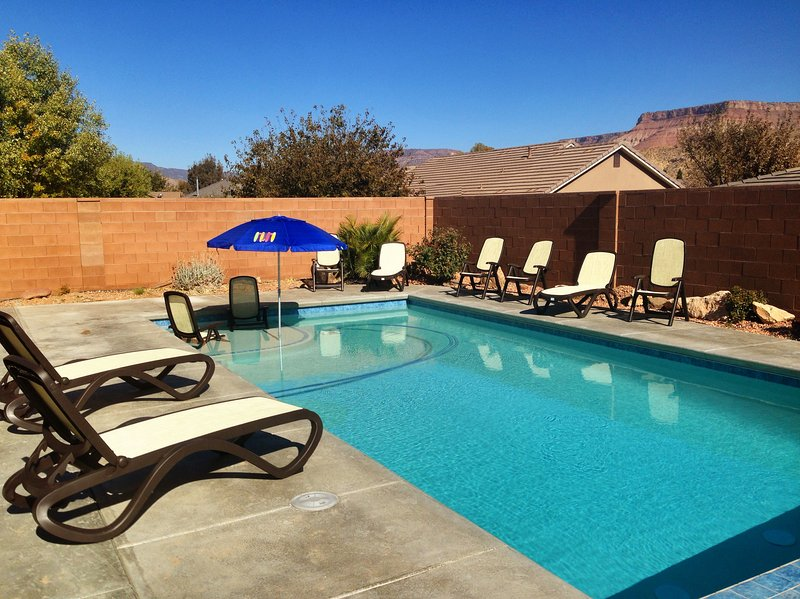 PRIVATE HOME & FENCED IN POOL, TV/GAME RM, JACUZZI & OUTDOOR KID PLAY GYM, holiday rental in Toquerville