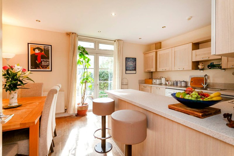 Spacious 4 bedrooms family Home-near Leicester city., holiday rental in Leicestershire