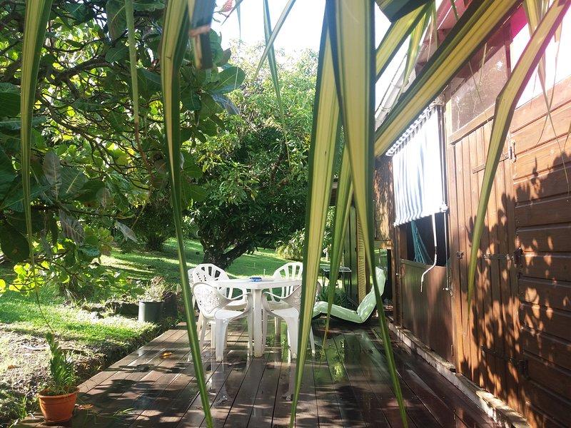 Grand bungalow 2 chambres dans un parc tropical, location de vacances à Bouillante