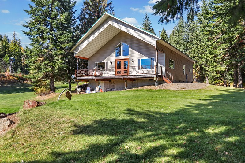 Waterfront home on a private lake w/ a nine-hole golf course, & views, vacation rental in Kootenai