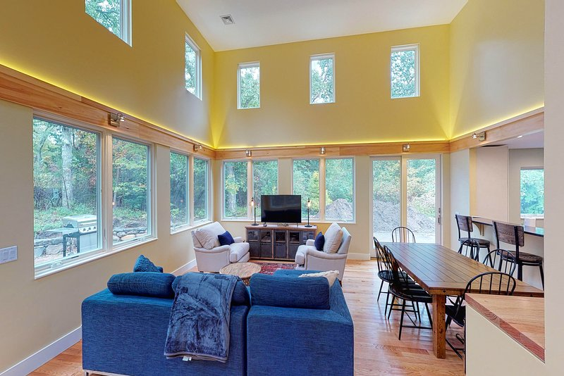 Newly built in 2019! Lovely home w/ central AC, deck & gas grill!, vacation rental in Martha's Vineyard
