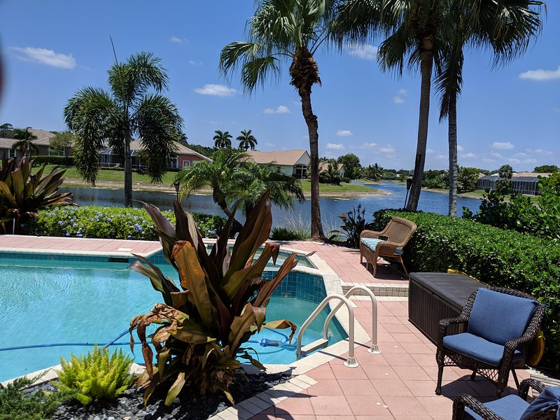 NEW! SPECTACULAR 4/3 WATERFRONT/POOL HOME-WITH AMAZING WATERFRONT SUNSETS!, location de vacances à North Lauderdale