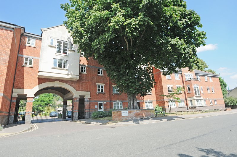 Righton two-bedroom serviced apartment in city centre (oxgvsrhc), vacation rental in Botley