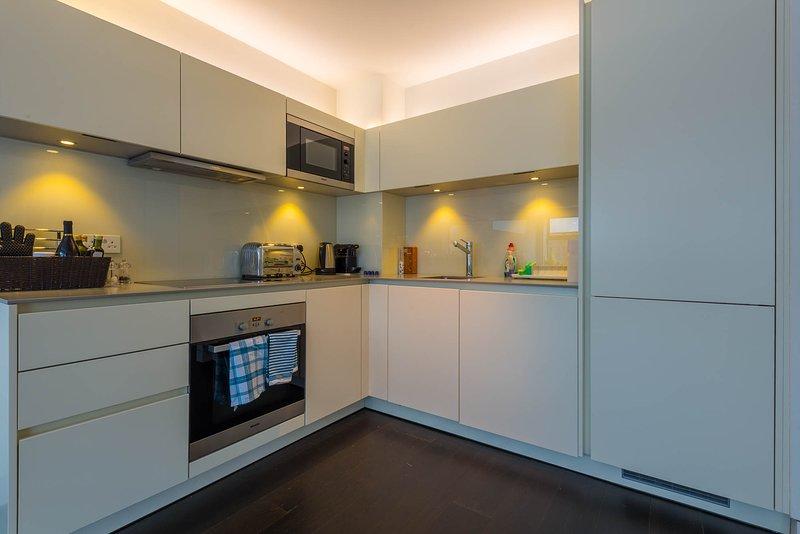 Cocina moderna y luminosa con electrodomésticos Miele, Siemens, Russell & Hobbs y Nespresso. Nevera llena.