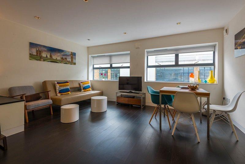 Piso de estilo loft residencial moderno y espacioso construido en 2012, reformado y amueblado en 2015