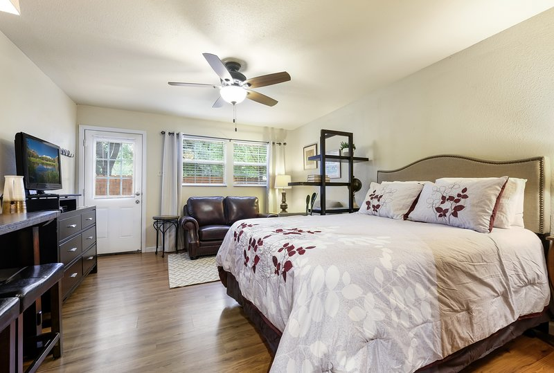 CACTUS COTTAGE with Private Parking, casa vacanza a Alamo Heights