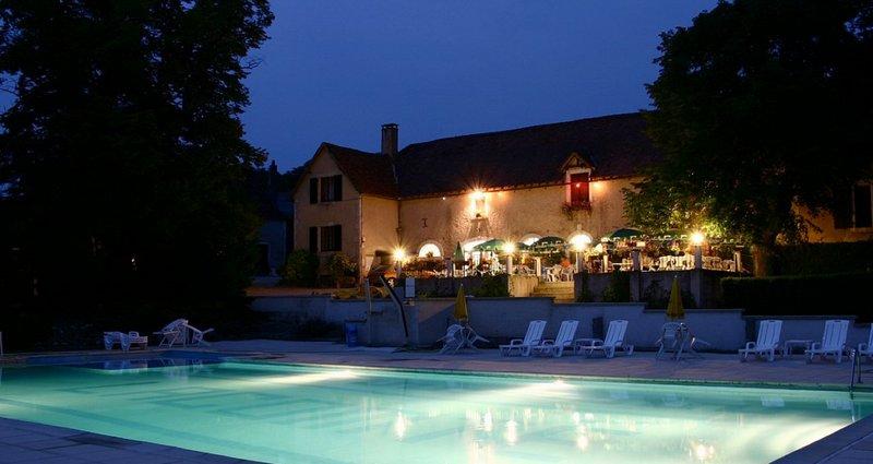Spacious house with shared pool, location de vacances à Montfaucon