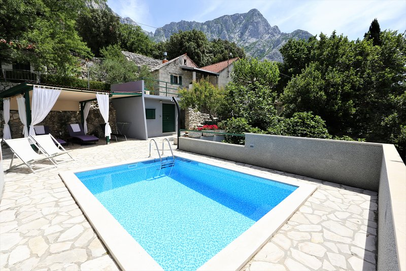 Holiday house in stone with heated pool, aluguéis de temporada em Bast
