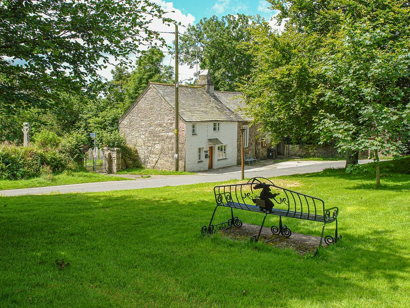 CHURCHGATE COTTAGE, cosy and comfortable 17th century cottage beside the, holiday rental in Blisland