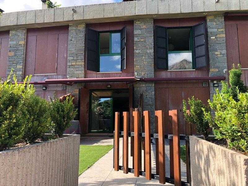 Precioso duplex con jardin con impresiontes vistas en urbanizacion con piscina., holiday rental in Tramacastilla de Tena