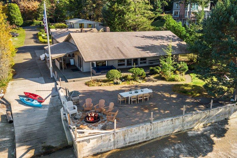 Waterfront Lakebay Home w/ Beach & Kayaks!, holiday rental in Anderson Island