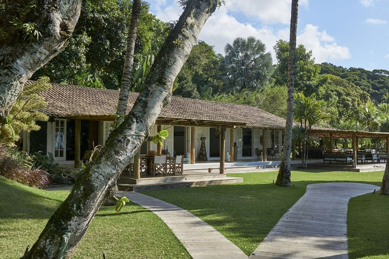 Ang003 - Luxurious beachfront property in Ilha Grande, location de vacances à Saco do Ceu