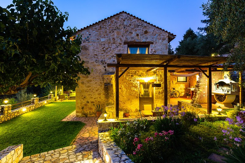 Traditional 2 bedoom villa with heated pool in nature!, vacation rental in Perivolia