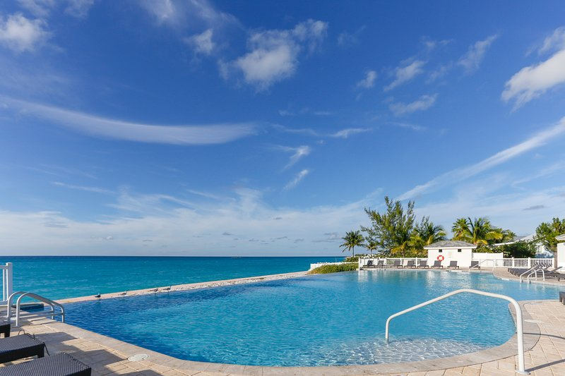 Spacious First Floor Condo - Walk to Beach, Pool & Restaurants, casa vacanza a Bimini