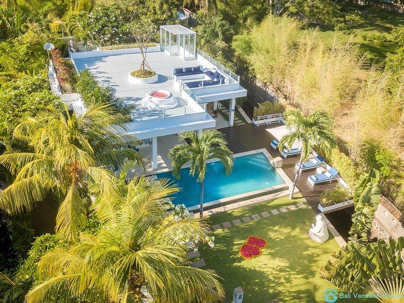 Villa Ibiza: Luxury Beach Villa in Lovina with 7 days(!) staff, rooftopbath!, alquiler vacacional en Dencarik