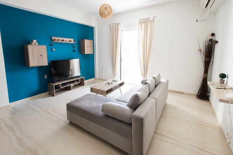 Ampio soggiorno con grande balcone, grande tv intelligente e aria condizionata!