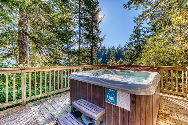 Expansive deck w/hot tub & dock on Woahink Lake. Dog-friendly!, vacation rental in Reedsport