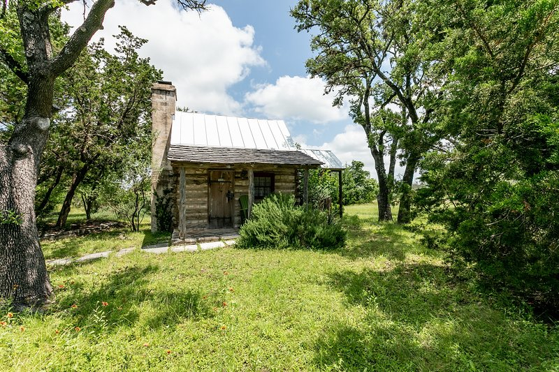 High Meadow Cabin, holiday rental in Fredericksburg