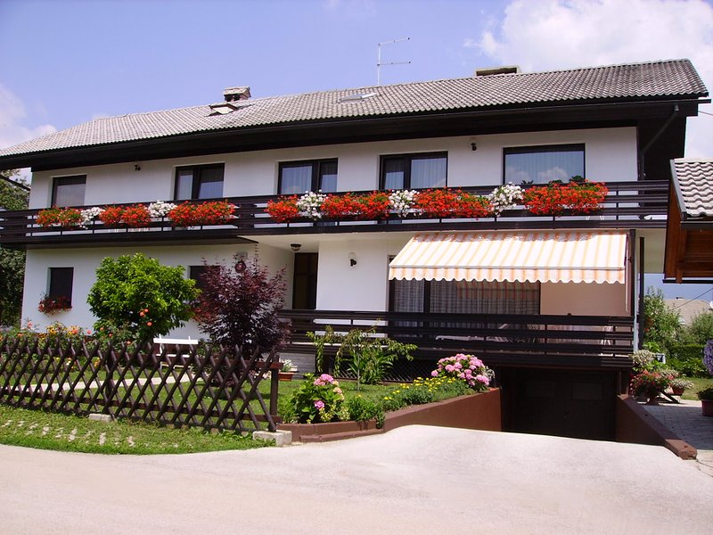 Large 2-Bedroom Apartment With Balcony, holiday rental in Ribno