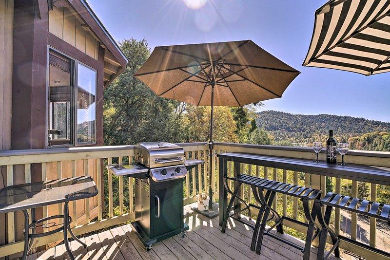 Charming Crestline Cabin 0.5 Mile to Lake Gregory!, holiday rental in Crest Park