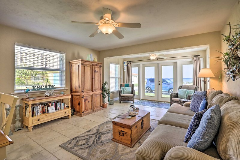 Home w/Ocean View+Kayaks, 50-Yards to Ormond Beach, holiday rental in Ormond-by-the-Sea