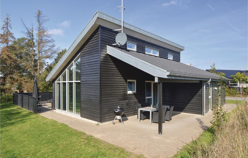 Nice home in Blåvand w/ Sauna, WiFi and 4 Bedrooms (A3131), holiday rental in Vejers Strand
