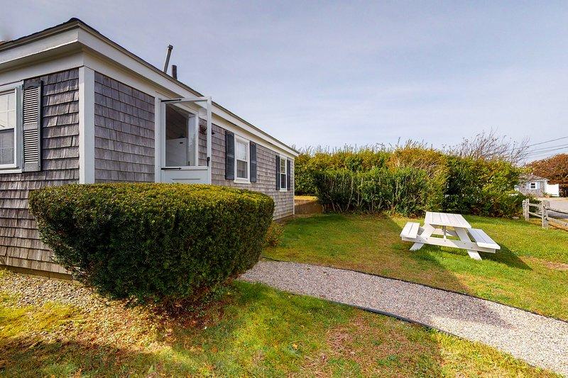Sweet cottage 300 feet from the beach w/ outdoor shower & grill - dogs OK!, location de vacances à West Hyannisport