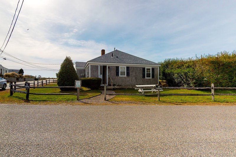 Two cottages 300 feet from the beach w/ grills & outdoor showers - dogs welcome!, location de vacances à West Hyannisport
