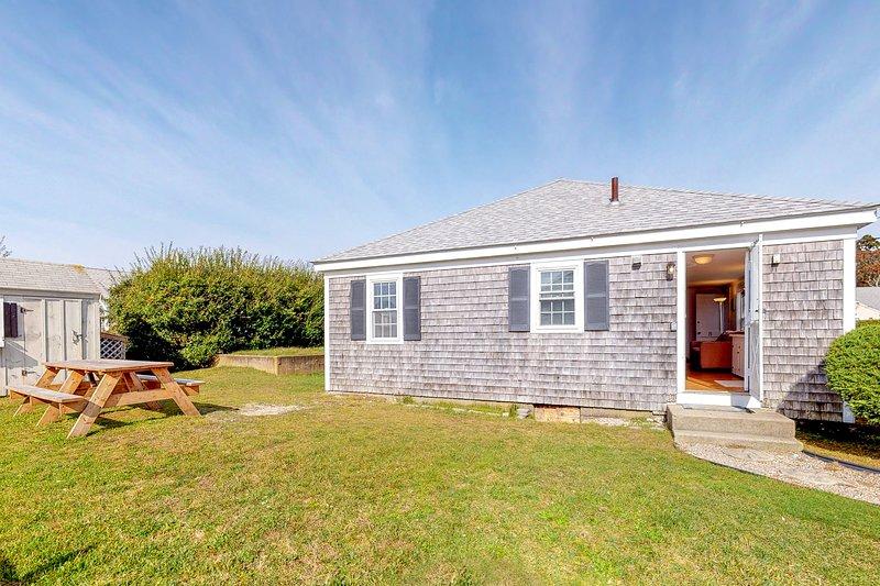 Bright cottage 300 feet from beach w/ gas grill & outdoor shower - dogs OK!, location de vacances à West Hyannisport